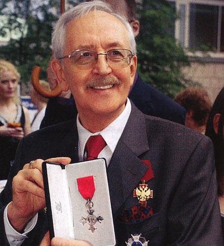 利瓦诺夫2006年荣获英国女王授予的大英帝国OBE勋章.jpg